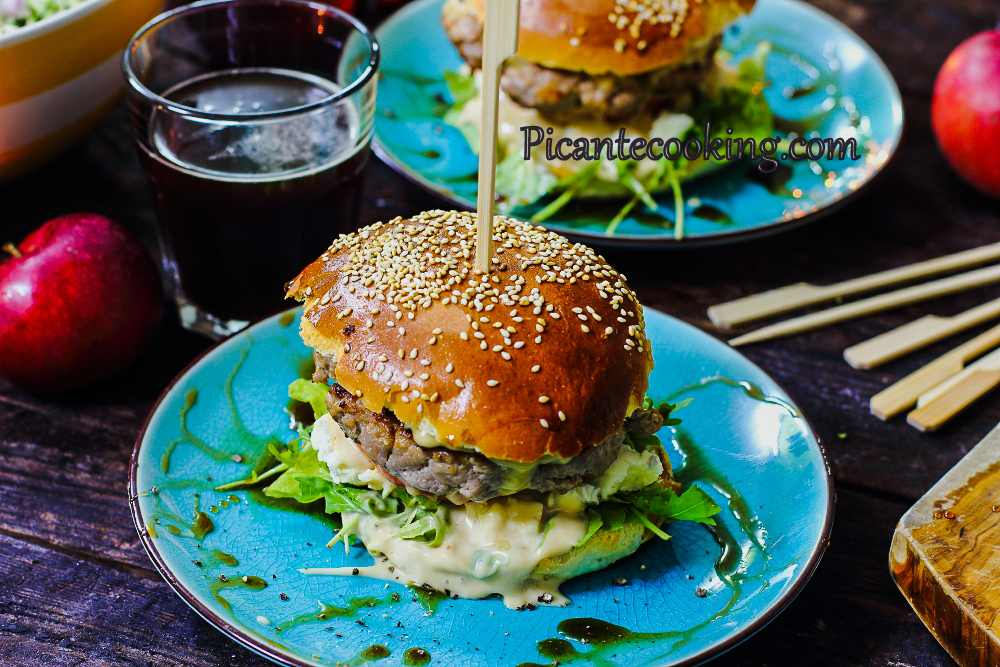 Apple_blue_cheese_burger6.jpg