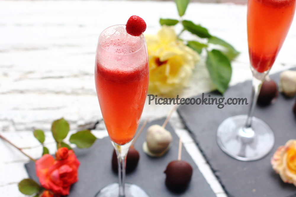 Sparkling wine with strawberries5.JPG
